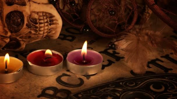 Lebka a svíčky na Ouija Spirit Board
