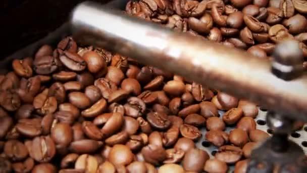 Pražená káva v pražicím stroji