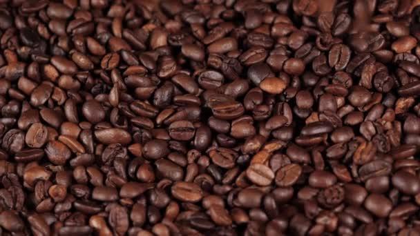 Pražená zrna kávy v pohybu