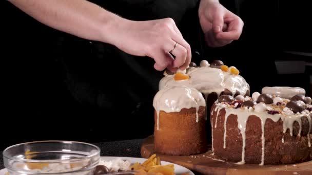 Osoba zdobí slavnostní velikonoční dort