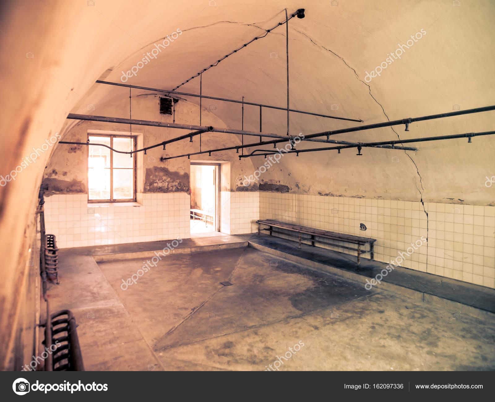 Interieur van badkamers met douches in de gevangenis — Stockfoto ...