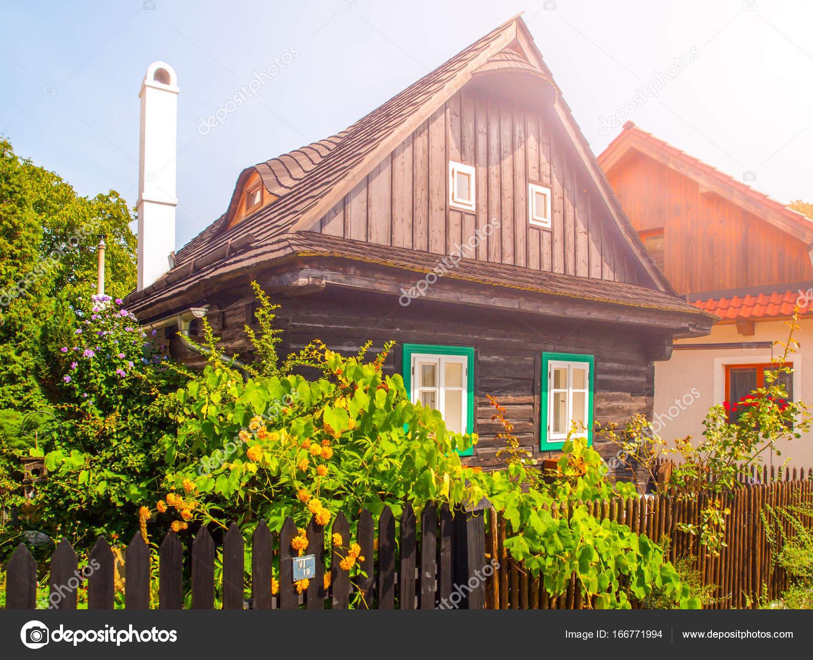 gamla traditionella timrade stuga med romantiska och idylliskt