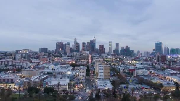 Los Angeles, USA - 2019. december 1.: Los Angeles Skyline at Evening Twilight. Kalifornia, USA. Légi Hyperlapse, Timelapse. Drónrepülők előre és felfelé