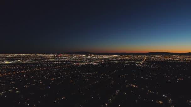 Las Vegas Cityscape při východu slunce. Ranní soumrak. Nevada, USA. Letecký pohled