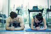 Fotografie Junge asiatische Mann und Frau arbeiten, machen Übungen im Fitness-center