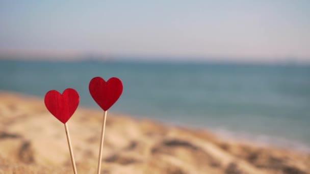 Písek letí do rudých srdcí, pomalé.