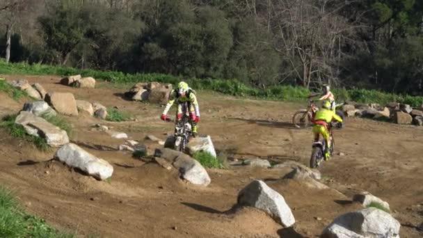 motocyklisté se střídají bránění trati pro motocyklové zkoušky