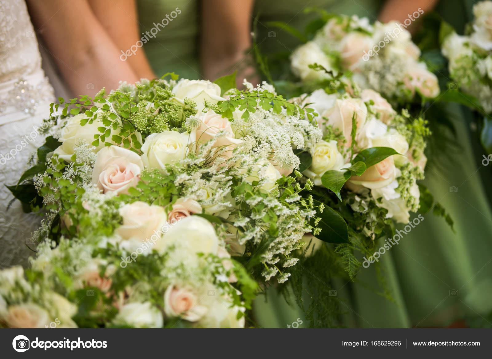 f337788c57 Candid zdjęcia panny młodej i jej druhny sobie jasny zielony druhna sukienki  i gospodarstwa wspaniały bukiet. Wzór w biało -różowe róże z baby s breath  i ...