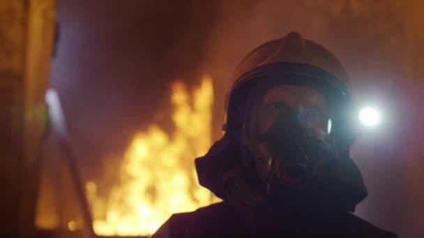 Budova je v plamenech. Statečný hasič pomalu vstoupit je místnosti, zatímco při pohledu kolem. Jazyky plamenů se olizovat zdi domu.