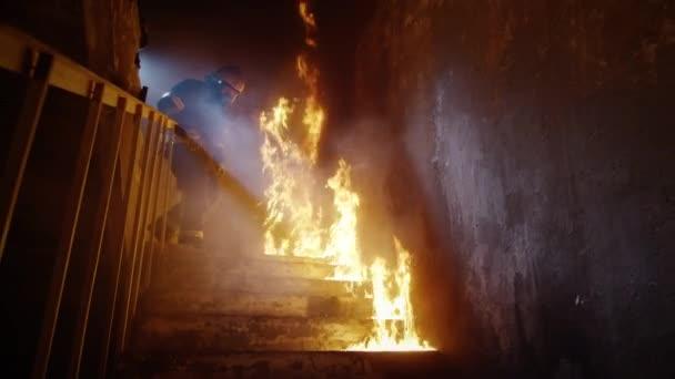 Plně vybavené hasiči na hořící schodiště. Budova je v plamenech. Zastřelen v pomalém pohybu