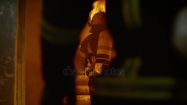 Dvě statečné hasiče vstoupit do otevřených dveří a spusťte vypalování po schodech nahoru. Budova je v plamenech. Kouře a otevřený oheň všude. V pomalém pohybu