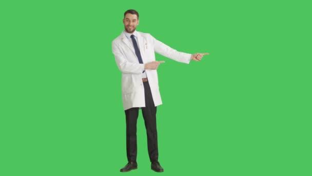 Dlouhé, zastřelen zbraní prstem dělat hezký vědec / prezentace gesto pro váš produkt. Všechny Shot na pozadí zelená obrazovka.