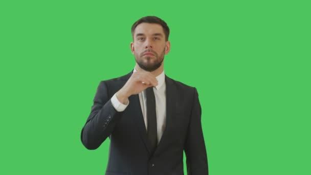 Střední Shot podnikatel dělat bít a dojemné gest při stojící na zelené pozadí obrazovky