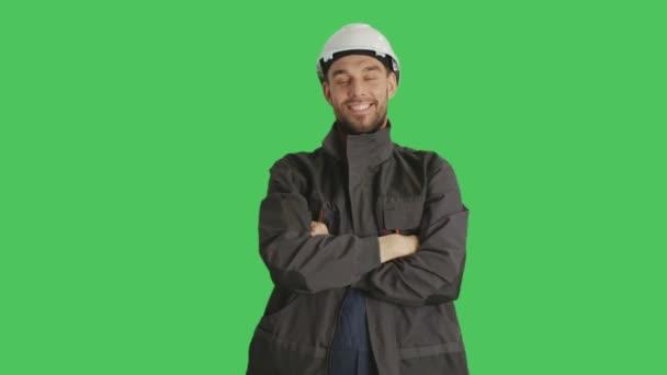 Die mittlere Aufnahme zeigt einen Arbeiter, der einen Hut trägt und die Arme vor der Brust verschränkt. Hintergrund ist Green Screen.