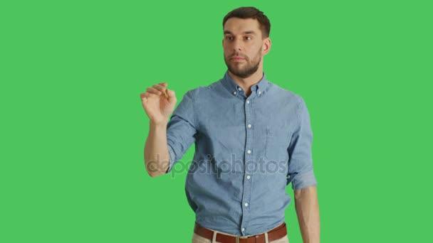 Střední Shot neformální muž takže bít a dojemné gest při stojící na zelené pozadí obrazovky