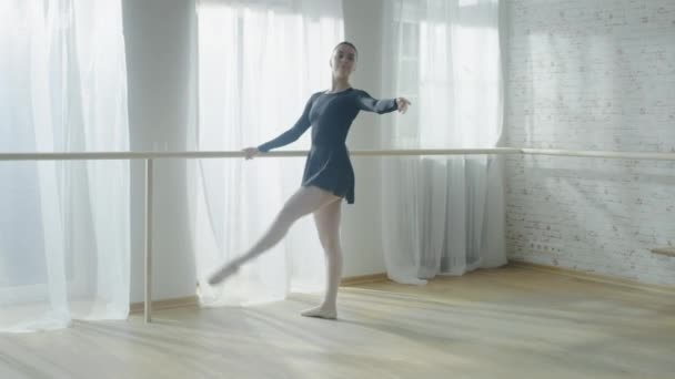 Schöne Ballerina tanzen an der Barre