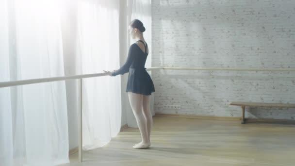 Ballerina macht Dehnungen und Aufwärmen