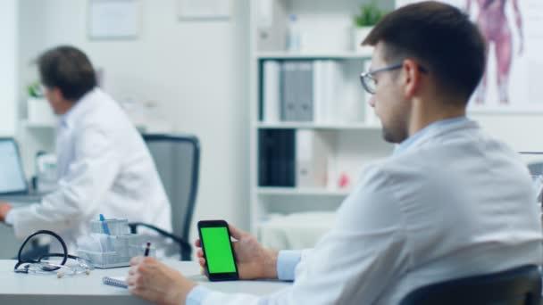 Muž lékař pomocí Smartphone
