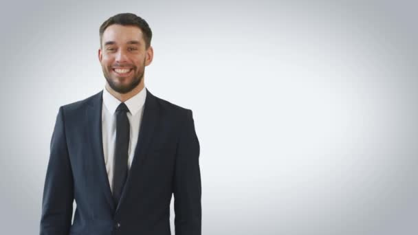 Střední záběr usmívající se podnikatel dělat prezentaci / Finger zbraně gesto na stranu. Shot izolované na bílém pozadí