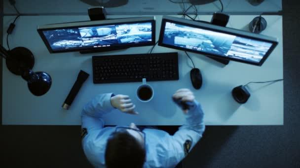 Pohled shora z ochranky, při pohledu na monitory s obrazových záznamů na nich a hovorem Walkie-Talkie. Pracoval noční směny