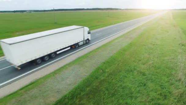 Letecký snímek malebné silnice silnice a jízda na něm nákladních vozů