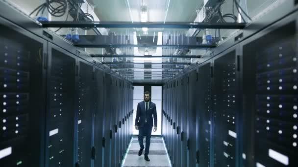 Inženýr, chůze v datovém centru zastaví před Server Rack otevře notebook a spuštění diagnostiky