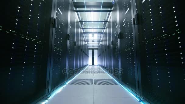 Chůze Trough záběr pracovní datového centra s řadami serverů do racku