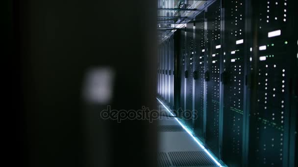 Serveringenieurin im Rechenzentrum arbeitet mit ihrem Laptop am Rack-Server.