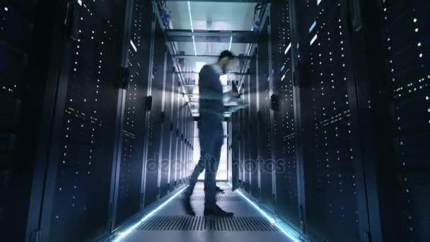Time-Lapse samec a samice, které to inženýři, Server, techniků a podpora práce v velké datové centrum