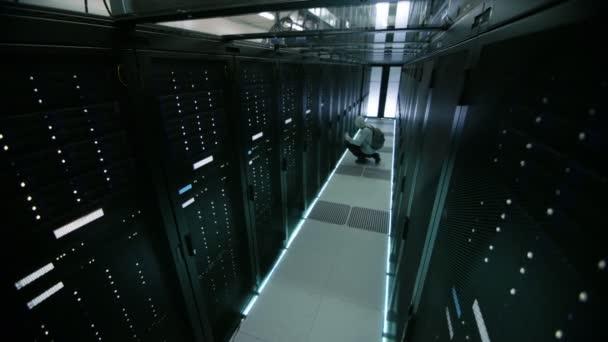 Záznam z kamery s kapucí hacker v datovém centru, s jeho Laptop byl připojen k jednomu z Rozvaděčové servery, spáchá zločin a ponechává