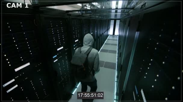 N1 záznam z kamery ze Hacker v datovém centru Hoodie Inflitrating, s jeho Laptop, který byl připojen k jednomu z Rozvaděčové servery