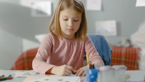 Aranyos kislány felhívja a ceruzák az ő világos szobában.