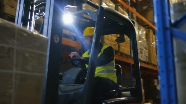 Zár-megjelöl szemcsésedik-ból targonca vezető működő járműveket egy nagy raktárépület teljes raklapos állvány.