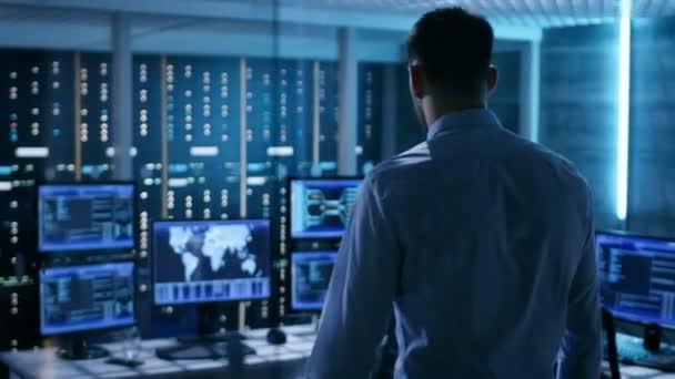 Systém bezpečnostní specialista pracující v systému dispečink. Místnost je plná z obrazovky zobrazení různých informací