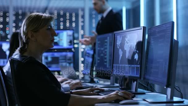 Dohlížitel valném pro jeho zaměstnanců v ovládacím panelu systém centrum plné monitory a servery. Možná i vládní agentura provádí šetření.