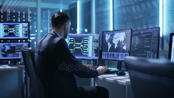 Technické Controller / operátor pracuje mezi pracovní stanice s více monitorů. Možné elektrárny / dispečer letiště / přehradní pracovník / vládní dohled / Space Program