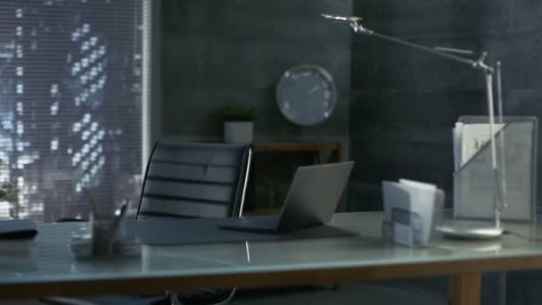 Images d un bureau moderne avec chaise en cuir bois et table en