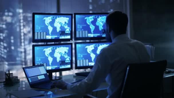 Pozdě v noci bezpečnost operátora bedlivě dodržuje své monitory s citlivé informace o poloze vám na ně