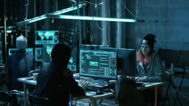 Tým z mezinárodně chtěl, že dospívající hackeři napadnout servery a infrastrukturu s malwarem. Jejich úkryt je temné, Neon svítí a má více monitorů
