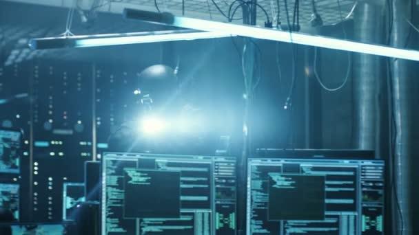Forze speciali cyber guerra soldato completamente armato scopre internazionalmente volevamo nascondiglio posto di Hacker. Lair è completo di monitor, cavi e dispone di luci al Neon