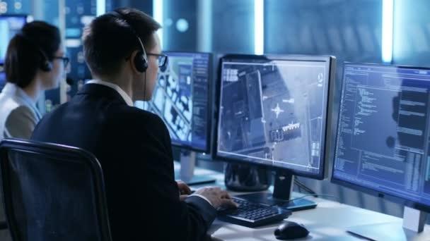 V vládní agentura systému Surveillance Center zaměstnanci trasování zločinec s pomocí Gps. Jejich pokoj je plný displejů s různými daty na nich.