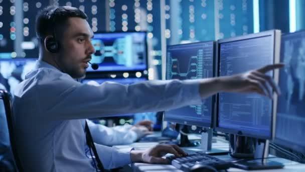 A System Control Center technikai támogatás csapat ad utasításokat a headset segítségével. Lehetséges légi forgalom / erőmű / biztonsági szoba téma.