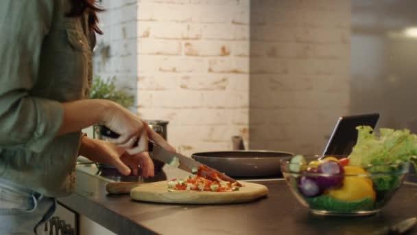 Detail ženy řezání zeleniny a házet je do kouřící Pan