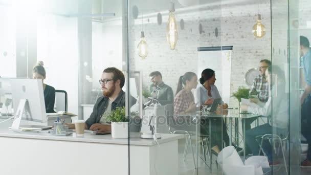 Den v týdnu v rušné kreativní Bureau. Úřad lidí pracujících v jejich osobních počítačů, mluvil po telefonu. Na konferenční stůl Business diskuse se děje.