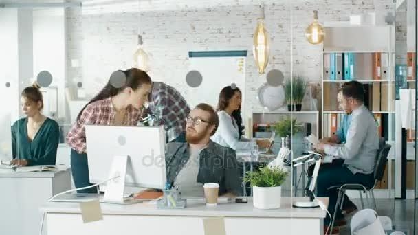 Timelapse rušné kreativní úřadu. Úřad lidí pracujících v jejich osobních počítačů, mluvit do telefonu, pohybující se kolem. V konferenční stůl obchodní jednání se koná.