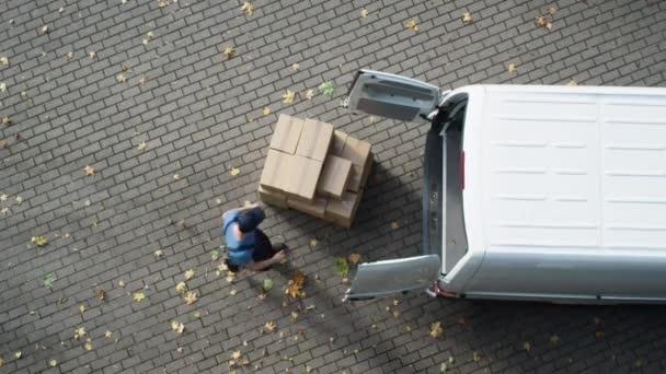 Doručovatel načte jeho komerční Van s kartony