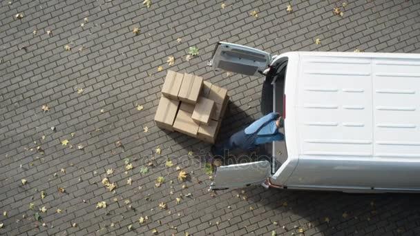Doručovatel načte jeho komerční Van s kartonových krabic. Zrychlit Video