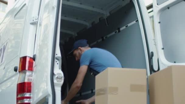 Mladí Mover načte jeho Cargo Van s kartony