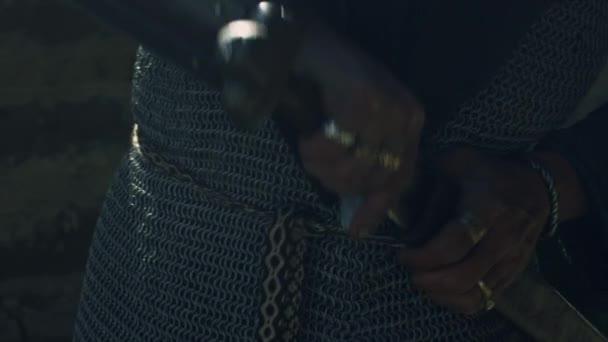 Portrét bojovníka je kresba jeho meče. Středověká rekonstrukce