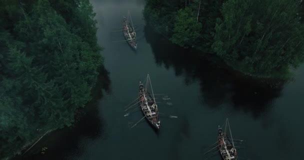 Létání nad plující lodě Viking řádek. Středověká rekonstrukce.